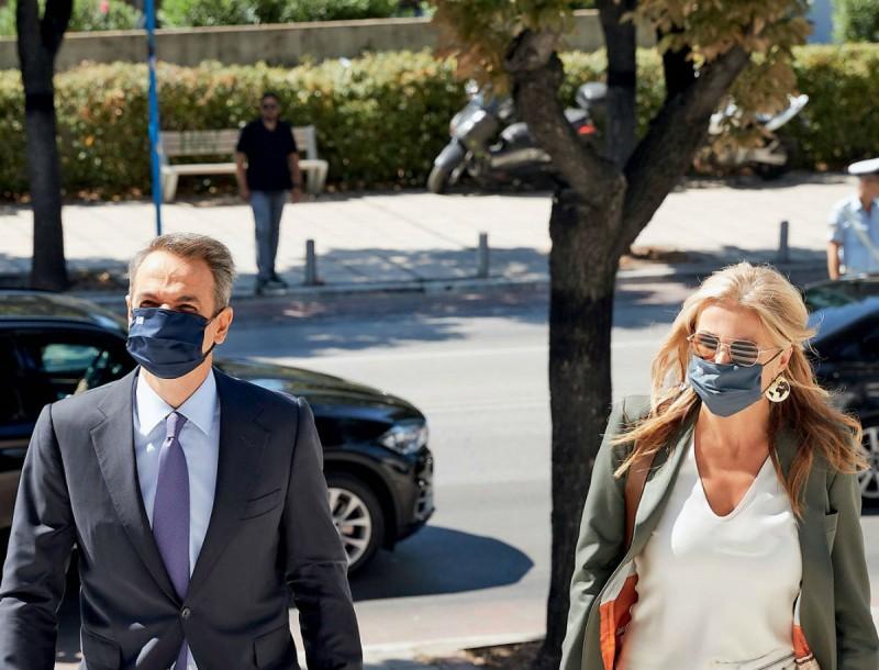 Μαρέβα Γκραμπόφσκι: Απίστευτα σικ εμφάνιση με μάσκα στο πλευρό του Κυριάκου Μητσοτάκη