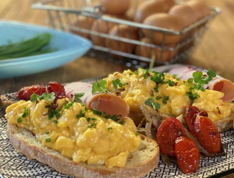 Πρωινό - όνειρο: Αυγά με βούτυρο, ντοματίνια και φρυγανισμένο ψωμί από την Αργυρώ Μπαρμπαρίγου