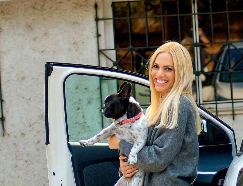 Με μπλούζα από τα Zara η Ιωάννα Μαλέσκου και δίπατα sneakers 358 ευρώ - Την κοιτούσαν όλοι
