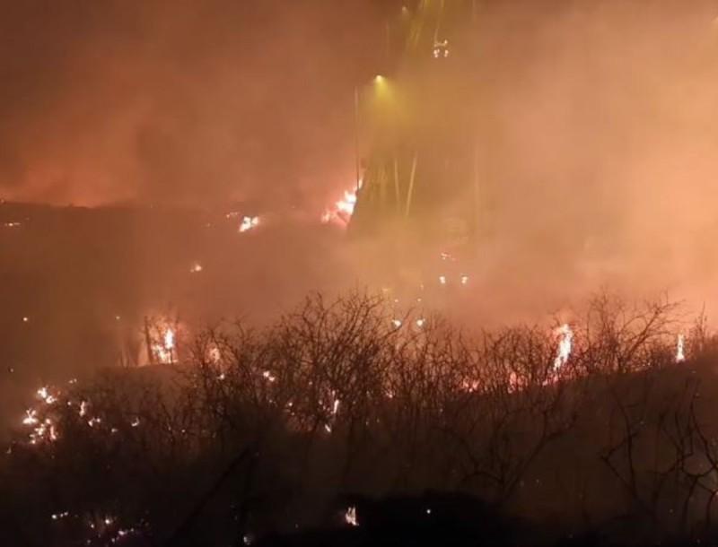 Συναγερμός στην Πάτρα - Μεγάλη φωτιά απειλεί σπίτια