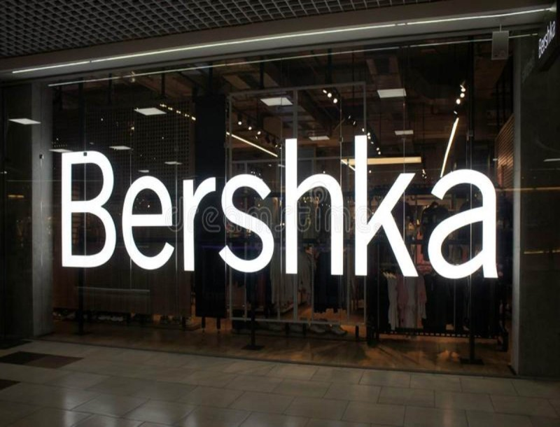 Bershka: Το πιο μοδάτο μωβ βινύλ τζάκετ σε συγκλονιστική τιμή - Τρέξε!