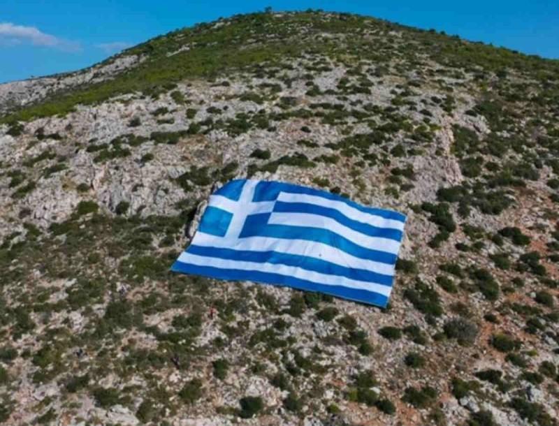 Γιγαντιαία ελληνική σημαία τοποθετήθηκε στον Υμηττό για την 28η Οκτωβρίου