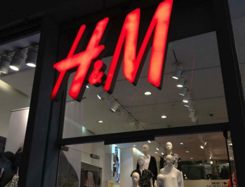 Βρες το πιο τέλειο μωβ βέλβετ φόρεμα στα H&M σε συγκλονιστική τιμή!