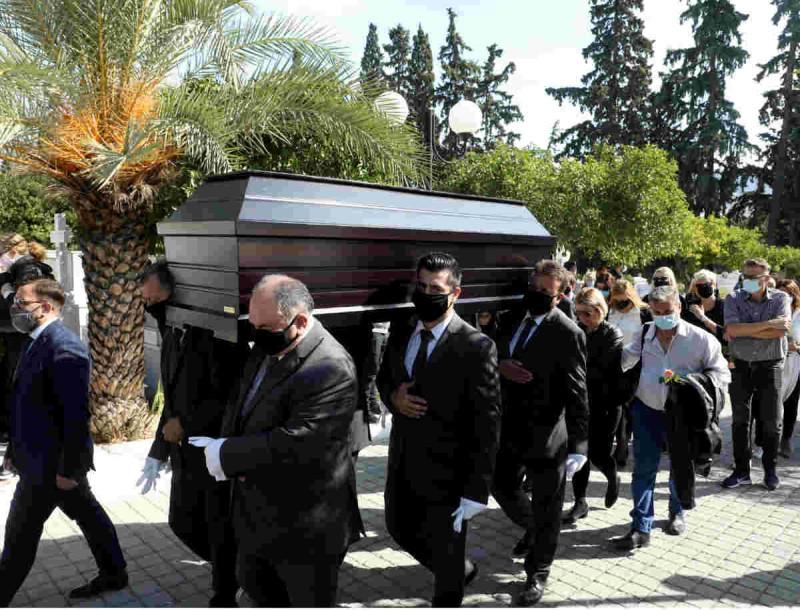 Θλίψη στην κηδεία του Κώστα Μπατή - Σε άσχημη κατάσταση ο πατέρας και η πρώην σύζυγός του
