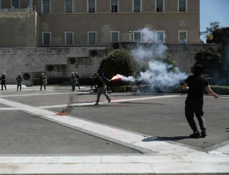 Επεισόδια έξω από την Βουλή απο πανεκπαιδευτικό συλλαλητήριο - Δακρυγόνα και μολότοφ!