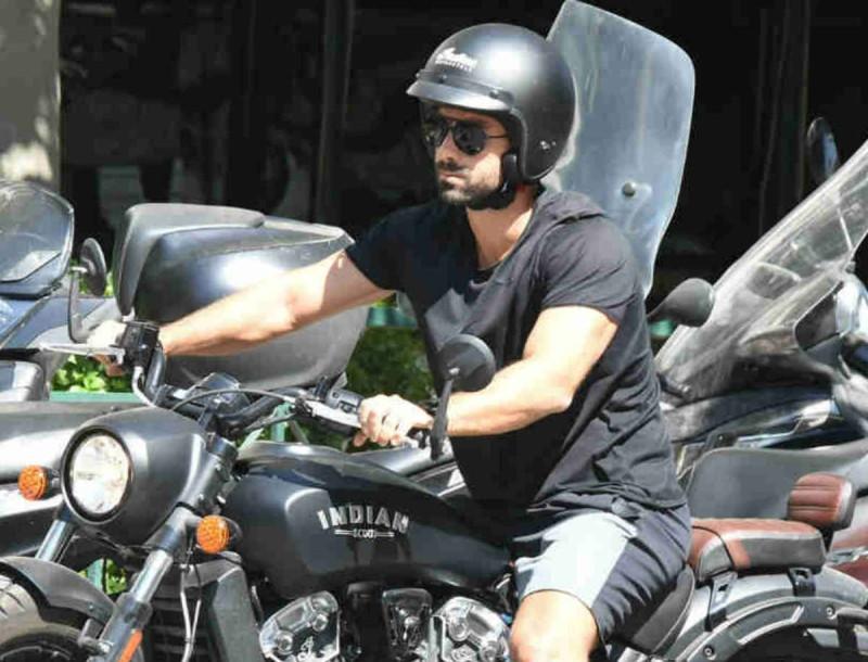 Σάκης Τανιμανίδης: Έσκασε μύτη στο Κολωνάκι με την μηχανή του - Τον κοιτούσαν όλοι