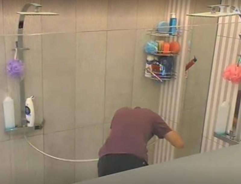 Big Brother: Με άλλο... κεφάλι ο Θέμης - Έβαψε τα μαλλιά του στο πιο απίστευτο χρώμα