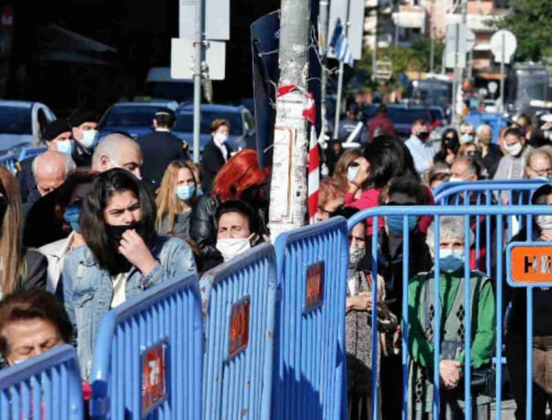Εικόνες χάους στη Θεσσαλονίκη - Ουρές για προσκύνημα στον Αγιο Δημήτριο χωρίς αποστάσεις