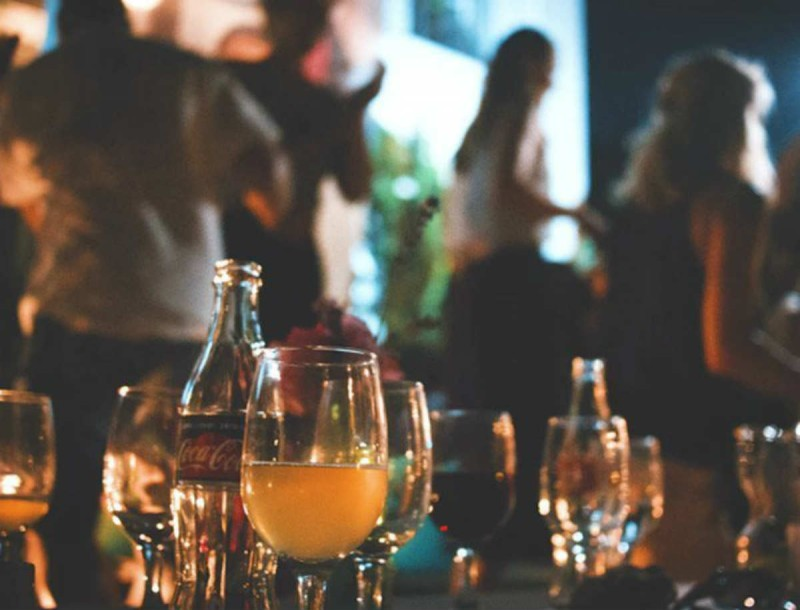Κορωνοϊός: Πάρτι με τουλάχιστον 10 άτομα στο Αλιβέρι