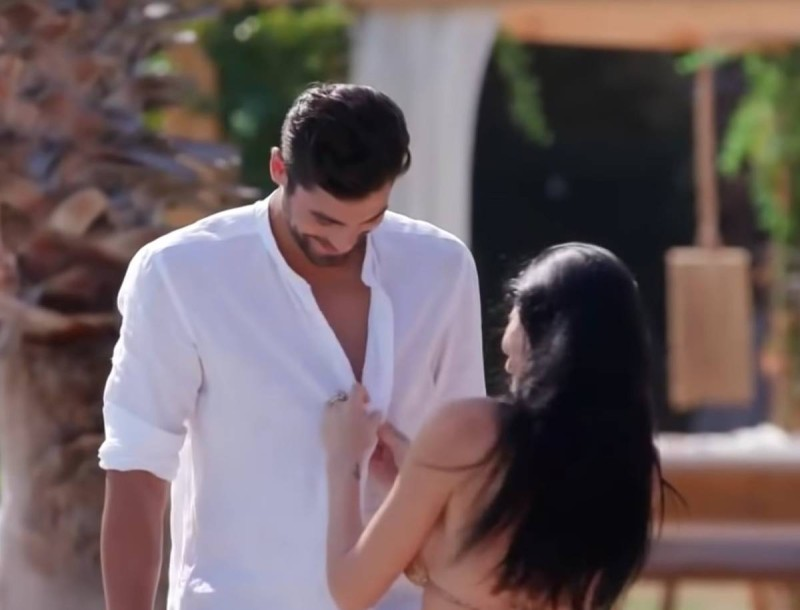 The Bachelor: Έγδυσε τον Βασιλάκο η Σία - Απίστευτο περιστατικό στην πισίνα