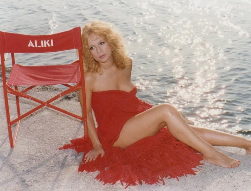 Αλίκη Βουγιουκλάκη: Η φωτογραφία της πριν τις πλαστικές θα σας σοκάρει! Είχε άλλο πρόσωπο!