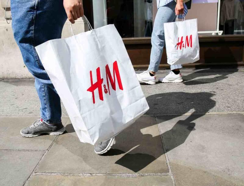 «Παραλήρημα» στα H&M με τις καφέ κροκό μπότες