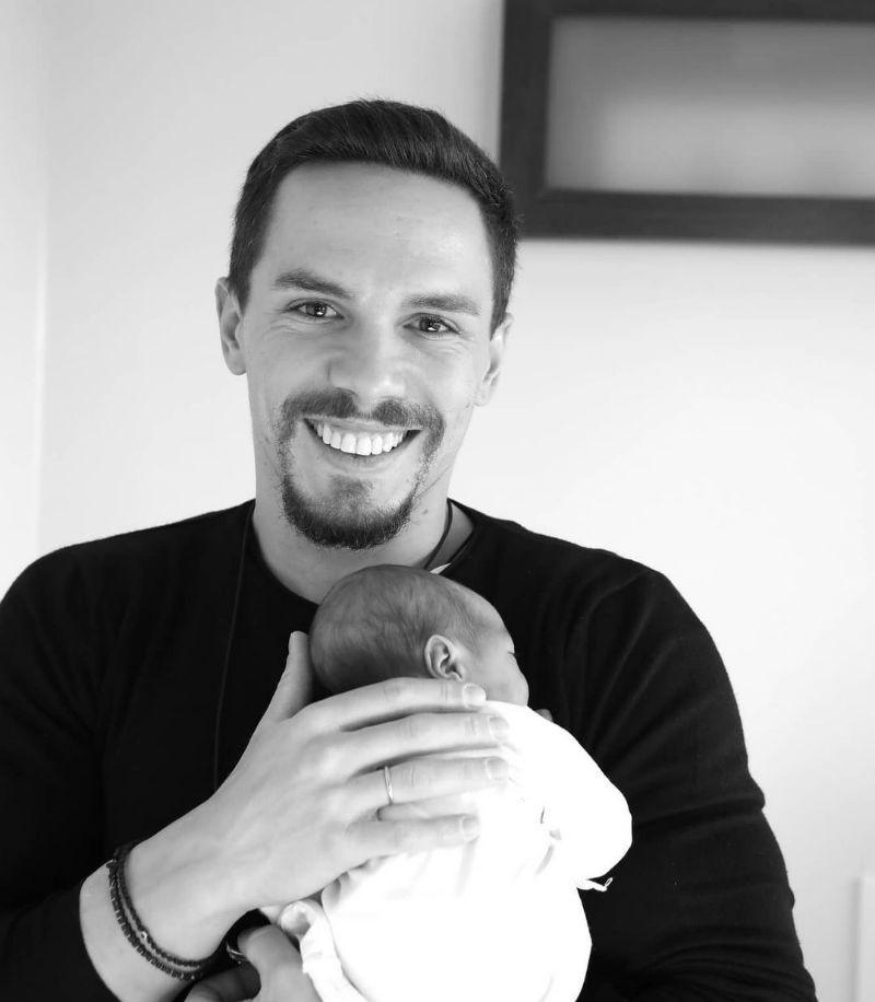 ρώτη φωτογραφία του Λευτέρη Πετρούνια με τη νεογέννητη κόρη του