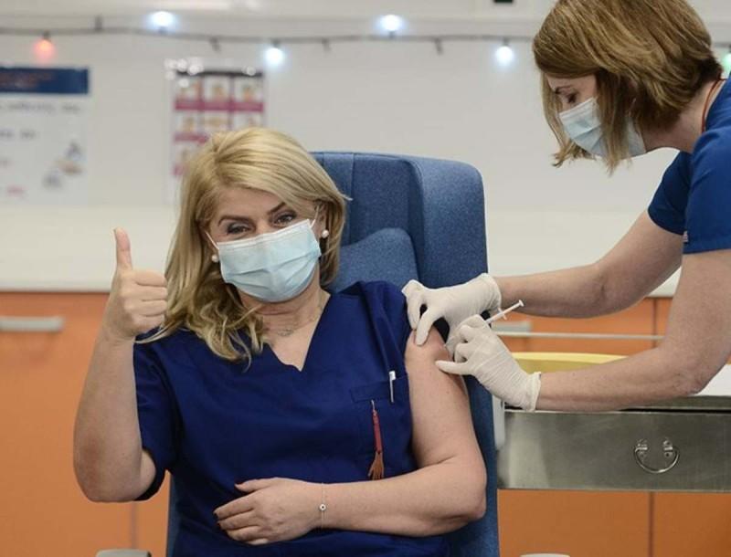Κορωνοϊός: Εμβολιάστηκαν οι πρώτοι άνθρωποι στην Ελλάδα