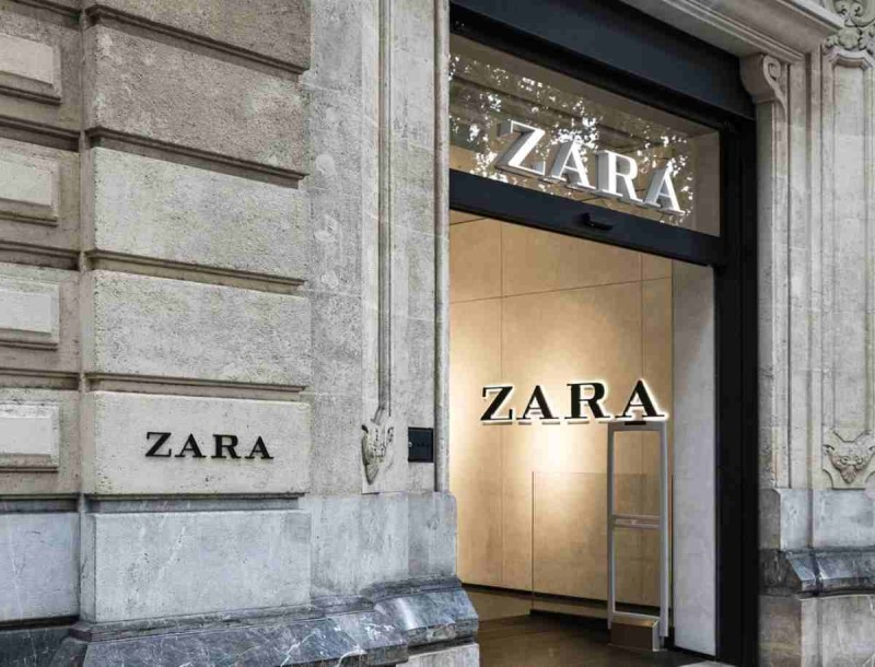 Προκαλεί «αναστάτωση» το μίνι λαμπερό φόρεμα από τα Zara - Ιδανικό για την Πρωτοχρονιά