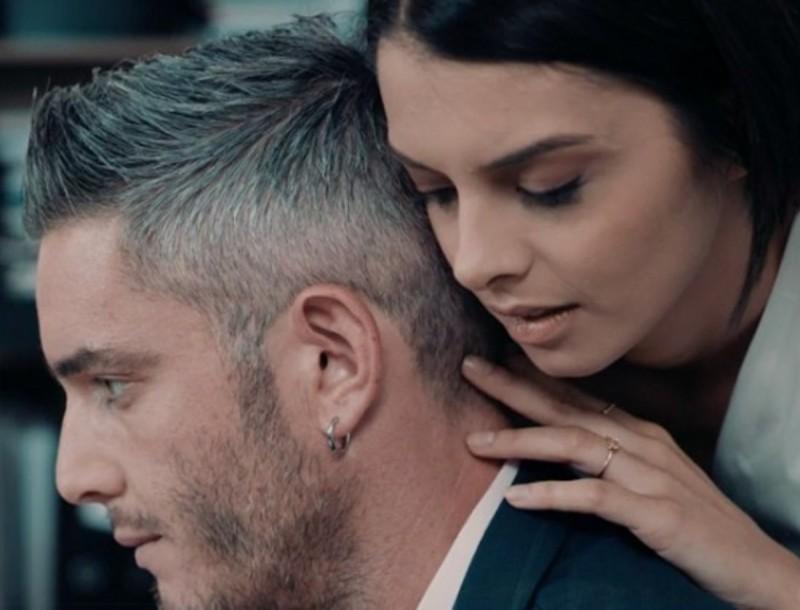 8 Λέξεις: Αιμίλιος και Ελισάβετ κάνουν έρωτα στο γραφείο - Απέξω τους περιμένει ο Αρώνης