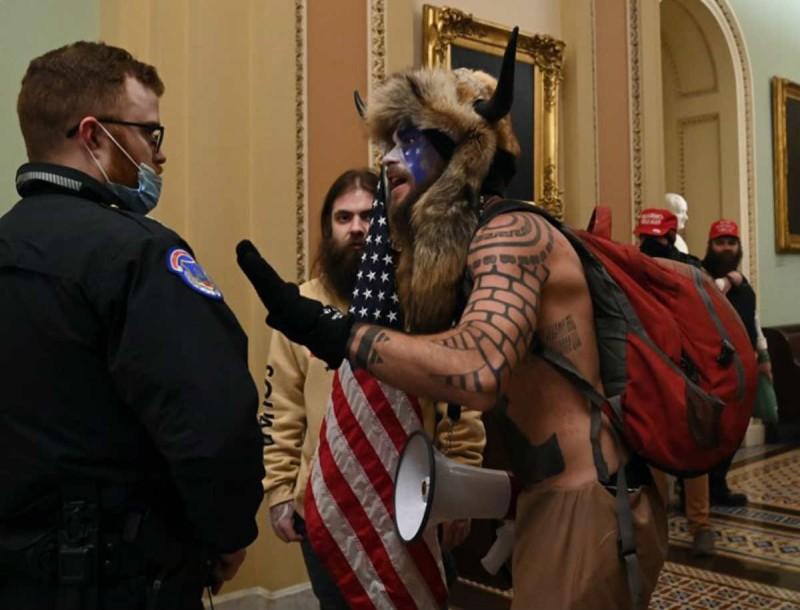 Οπαδοί του Τραμπ εισέβαλαν στο Καπιτώλιο - Πρωτόγνωρες σκηνές για τη Δημοκρατία των ΗΠΑ