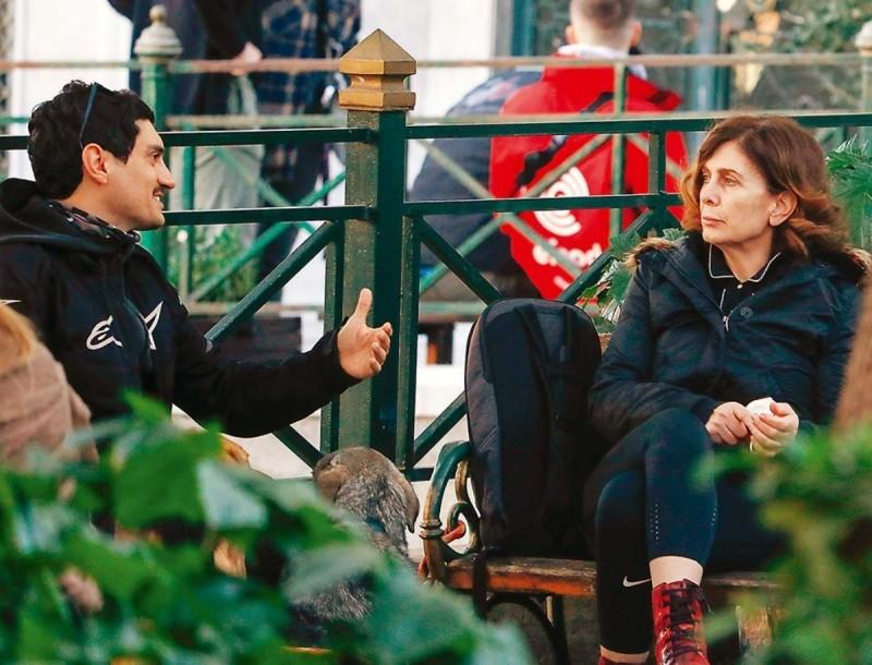 Αποκλειστικές φωτογραφίες της Κατερίνας Διδασκάλου - Συναντήθηκε με τον Πανταζάρα σε παγκάκι της Πλάκας για καφέ