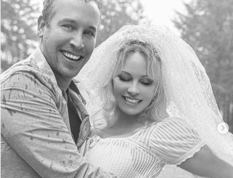 Παντρεύτηκε για πέμπτη φορά η Πάμελα Άντερσον - Ο σωματοφύλακας που της έκλεψε την καρδιά