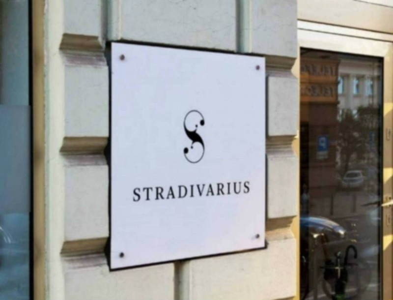 «Πανζουρλισμός» στα Stradivarius με αυτό το σεμιζιέ φόρεμα