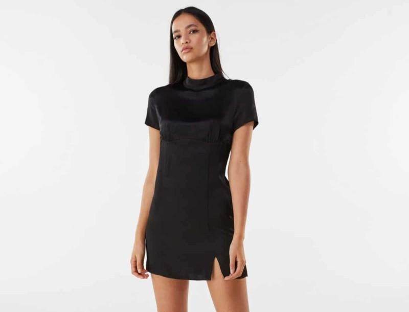 Το mini black dress που χρειάζεσαι ήρθε στο Bershka μόνο 19,99 €