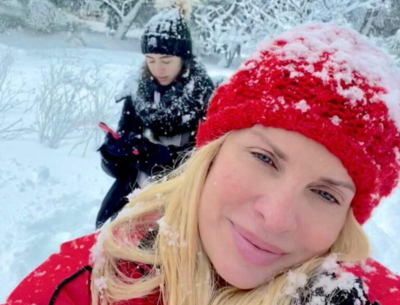 Ελένη Μενεγάκη: Φωτογραφίες από τα παιχνίδια στο χιόνι με τον Μάκη και τα παιδιά