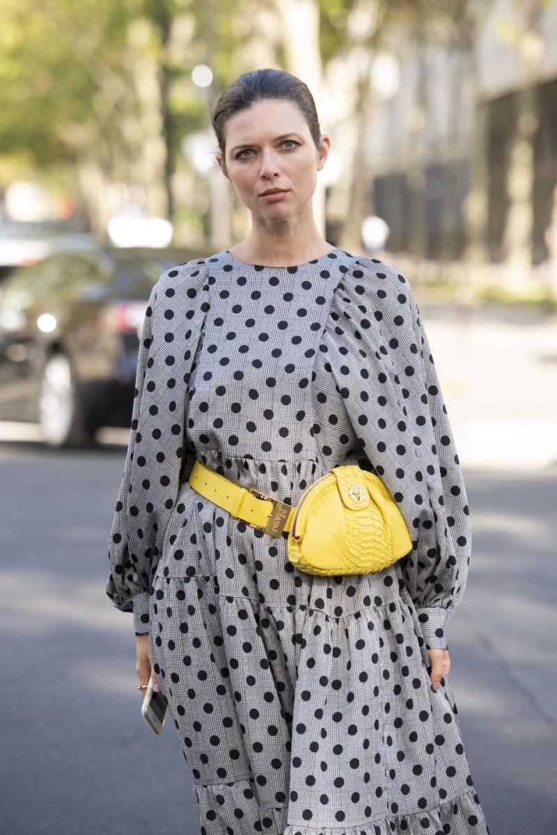 αξεσουάρ μια κίτρινη τσάντα