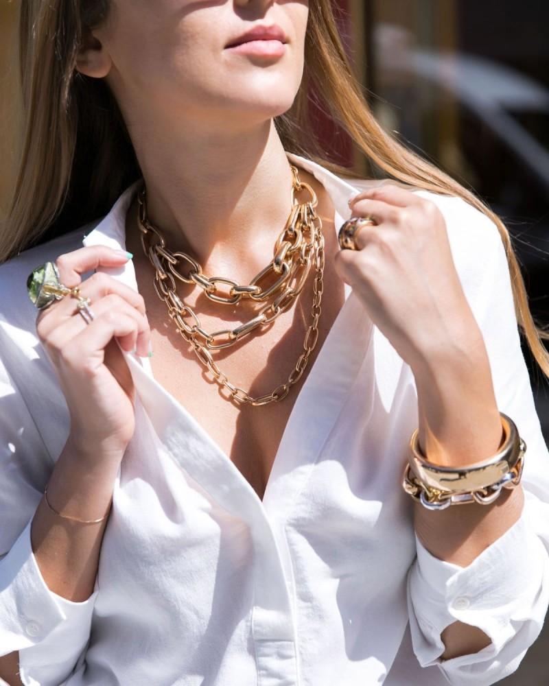 λευκό πουκάμισο και χρυσές αλυσίδες