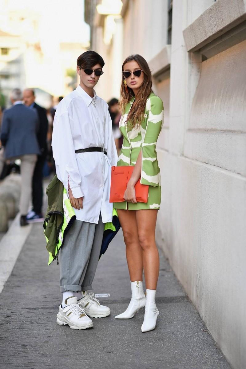 white boots και φόρεμα