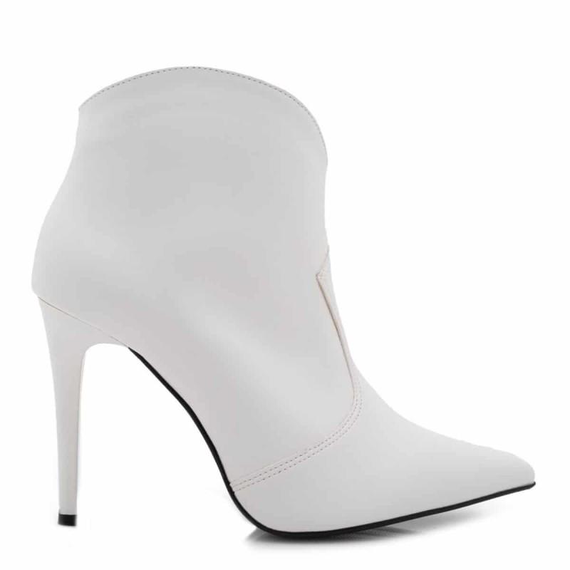 ψηλοτάκουνες λευκές μπότες