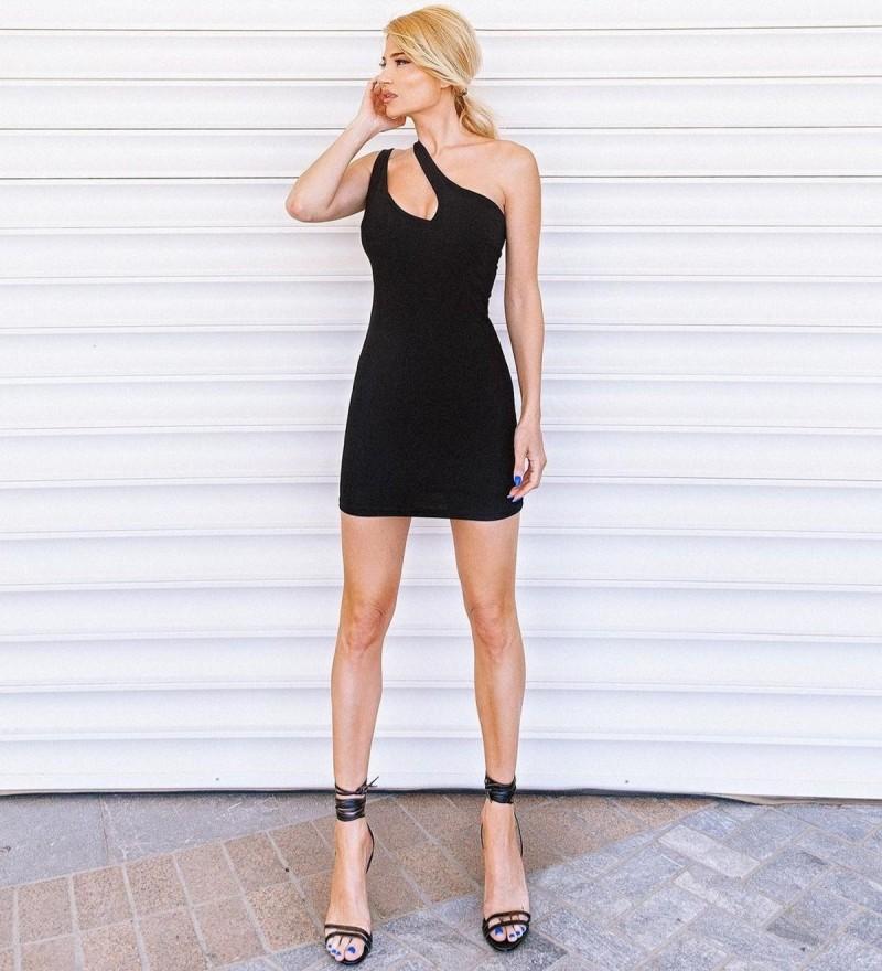 Φαίη Σκορδά με μικρό μαύρο φόρεμα