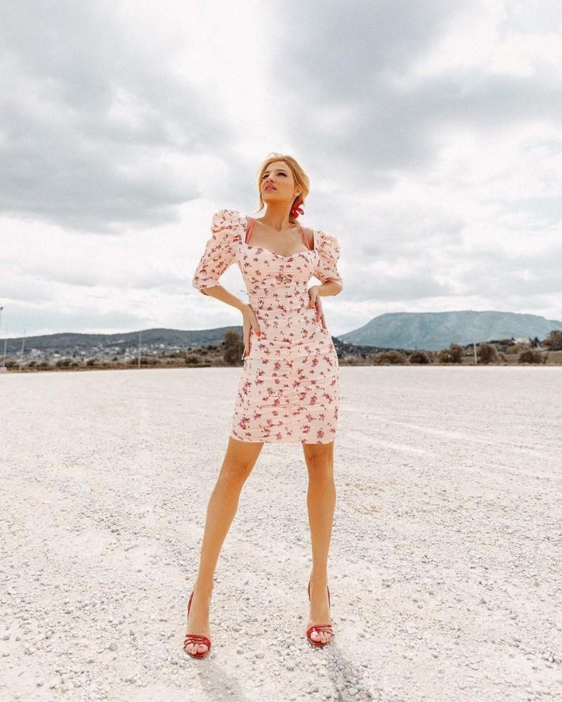 Φαίη Σκορδά με floral φόρεμα