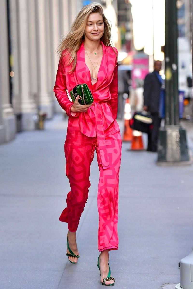gigi hadid με jumpsuit εμπριμέ ροζ και κόκκινο