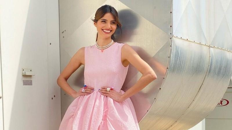 Ηλιάνα Παπαγεωργίου με ροζ φόρεμα