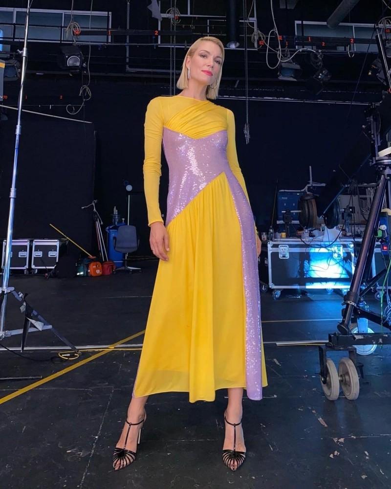 Βίκυ Καγιά κίτρινο φόρεμα