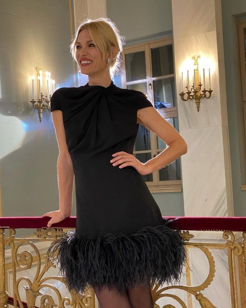 Βίκυ Καγιά με μαύρο φόρεμα