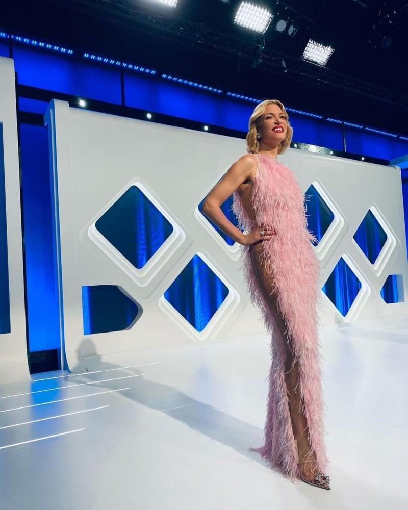 Βίκυ καγιά με ροζ φόρεμα