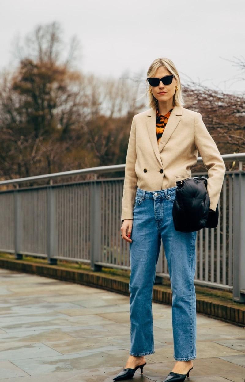 σακάκι μέσα από παντελόνι street style