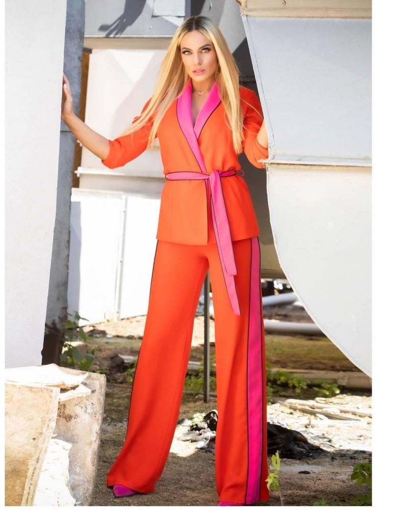 Ιωάννα Μαλέσκου με pyjama twin set κόκκινο ροζ