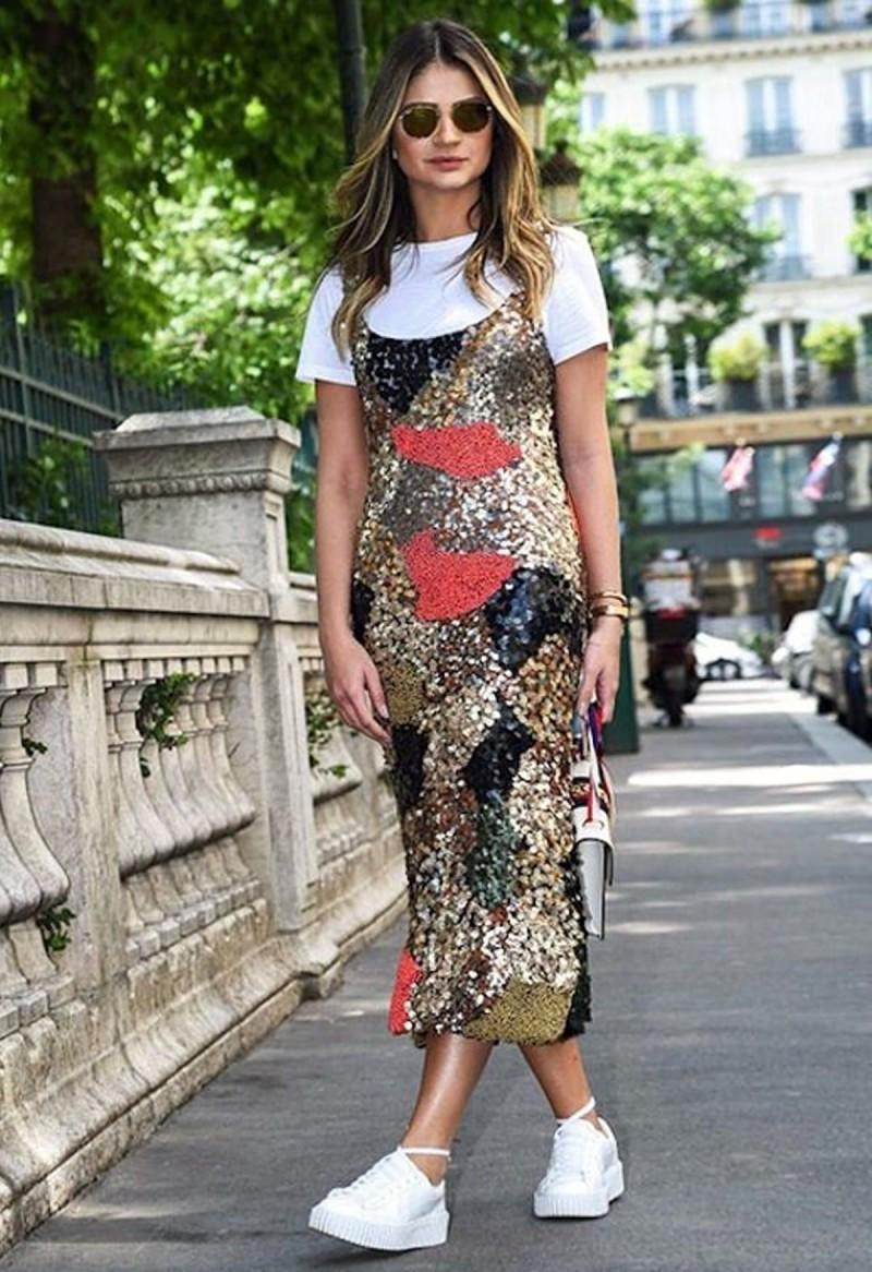 φόρεμα με παγέτες και μπλουζάκι
