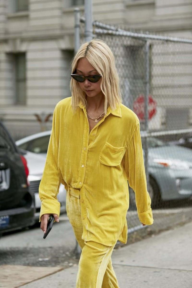 κίτρινο πουκάμισο και παντελόνι