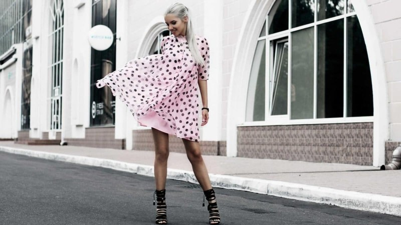 Ροζ πουά φόρεμα street style