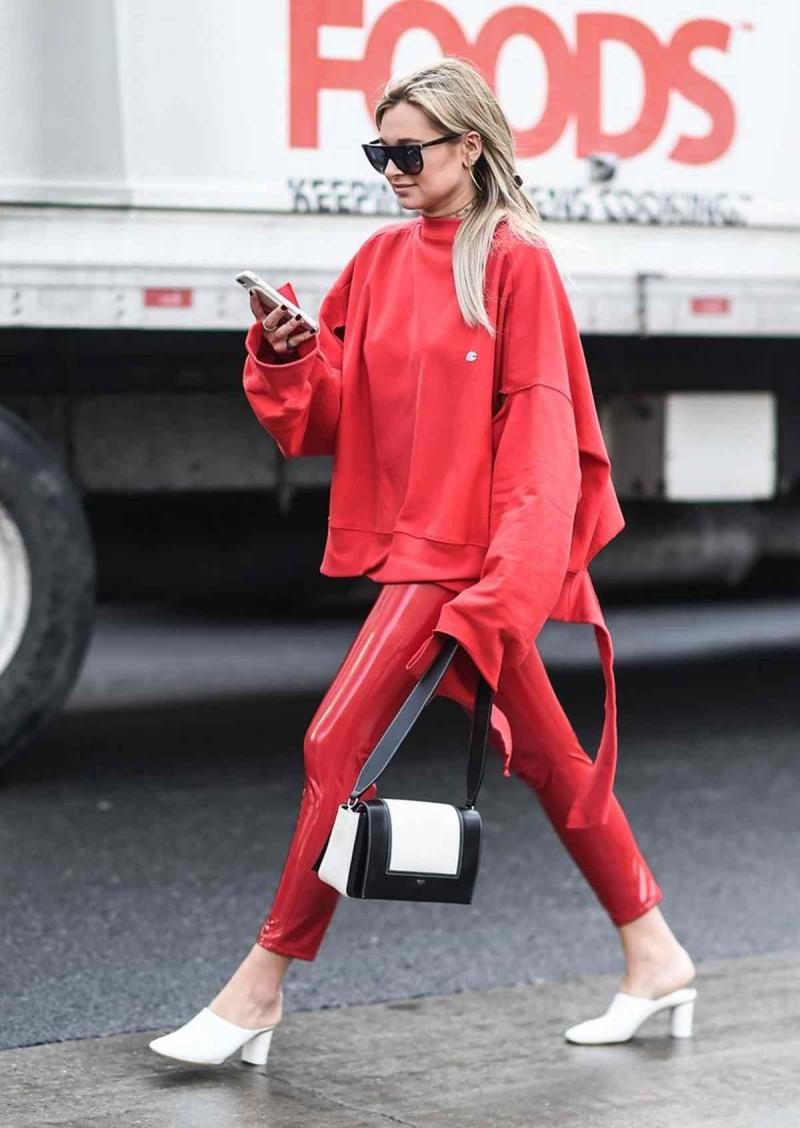 κόκκινο hoodie και κολάν