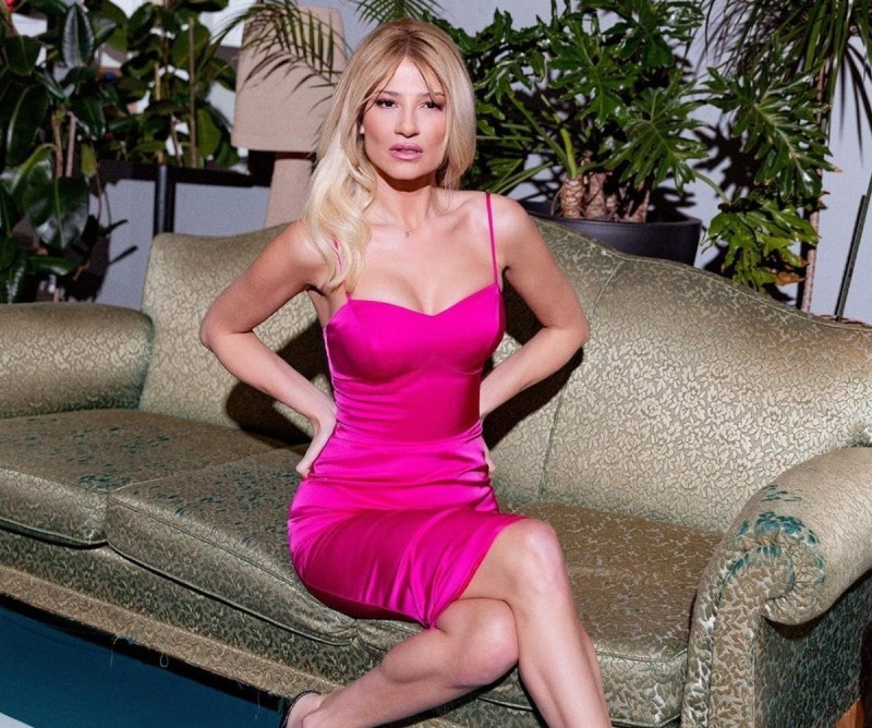 Φαίη Σκορδά με lingerie φούξια
