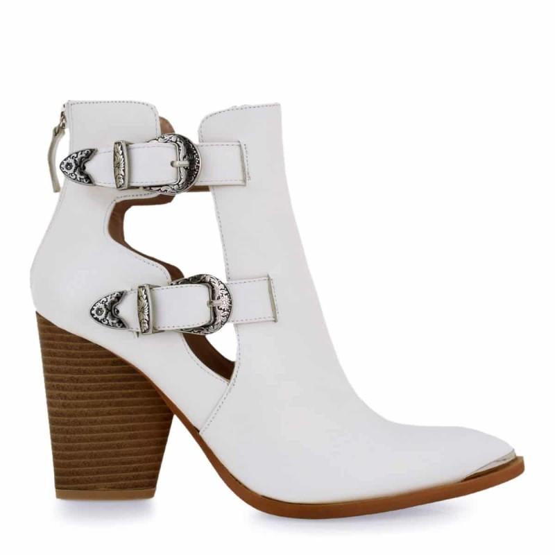 λευκές μπότες με αγκράφες