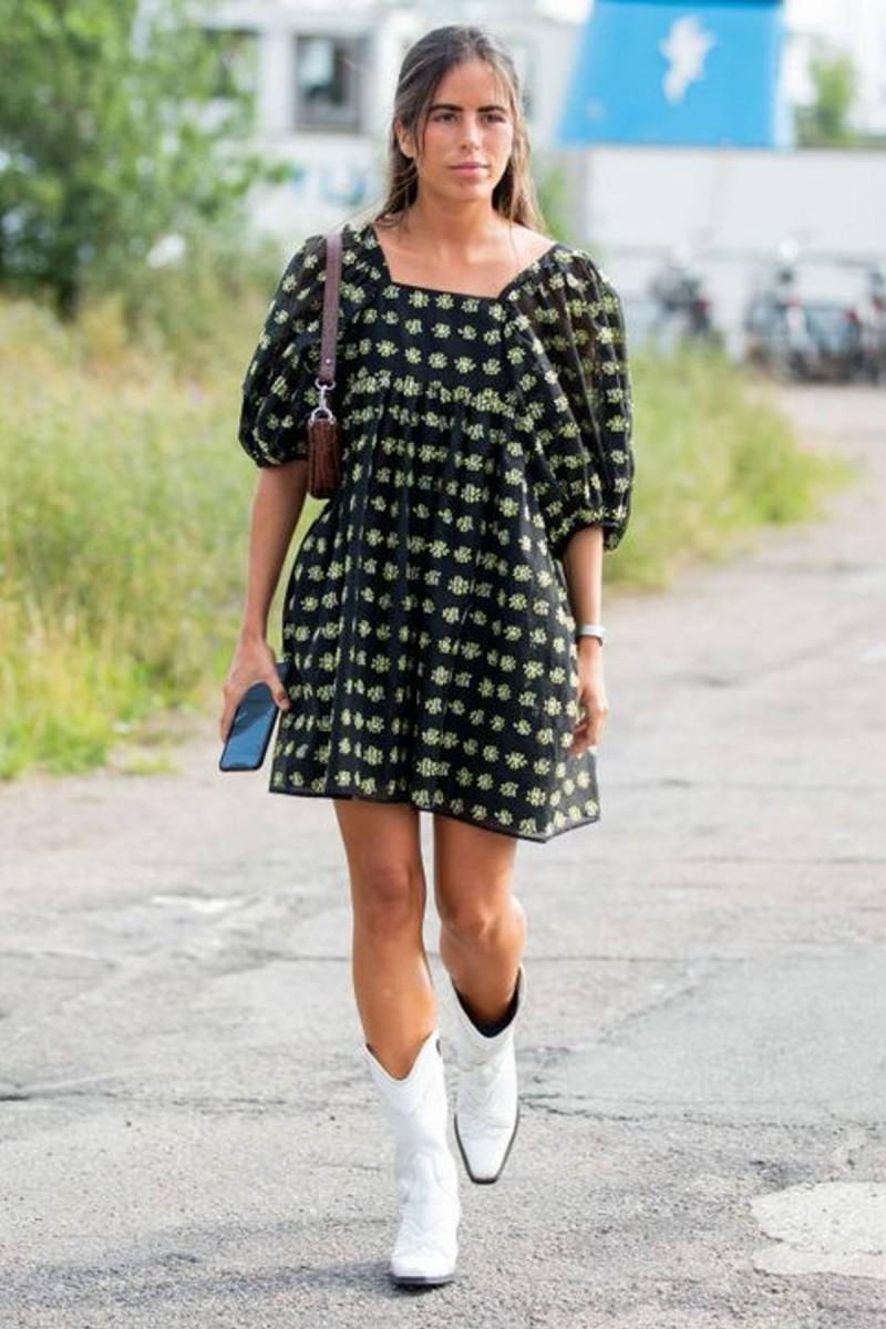 φόρεμα και λευκές μπότες