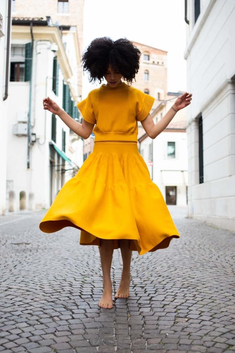 κίτρινη φούστα και τοπ