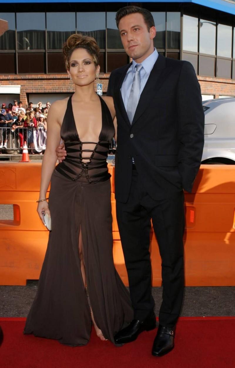 Ben & Jennifer με καφέ φόρεμα