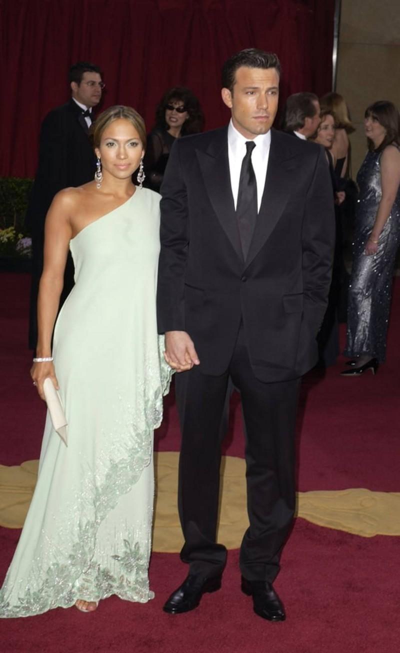 Ben & Jennifer με one shoulder φόρεμα