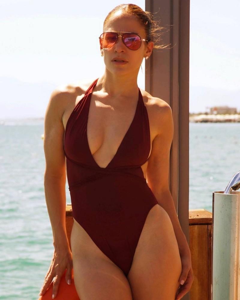 Jennifer Lopez με καφέ ολόσωμο